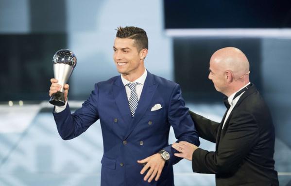L'attaquant du Real Madrid a reçu lundi soir le prix du joueur de l'année de la Fifa...