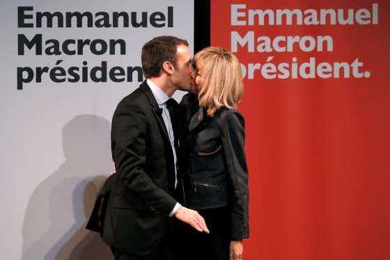 Emmanuel Macron invite son épouse Brigitte de 63 ans sur scène pour...