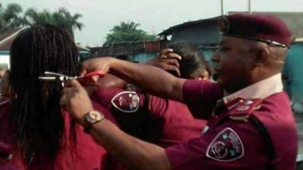 Nigéria : un agent coupe les cheveux des femmes