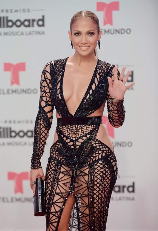 Regardez-la dans les yeux: Jennifer Lopez met le feu avec deux robes révélatrices