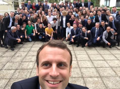 Le selfie présidentiel de Macron avec toute son équipe
