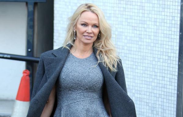 Pamela Anderson invite Emmanuel et Brigitte Macron au restaurant