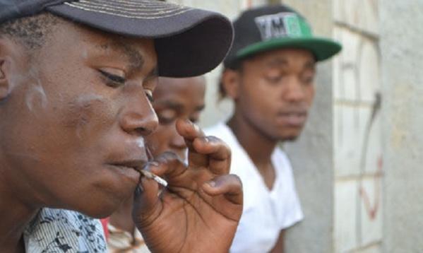 """Interdiction de fumer dans les places publiques: les fumeurs dénoncent la mesure et parlent de """"diabolisation"""""""