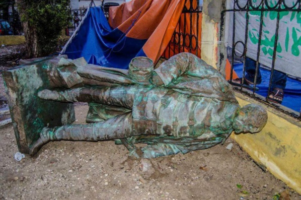 """Sénégal: la statue du """"Colon"""" Faidherbe écrasée par les pluies diluviennes"""