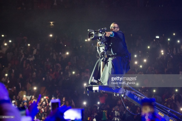 Bercy 2017: Youssou Ndour chante et filme