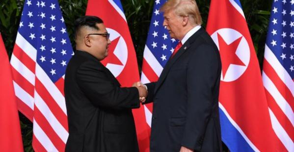 Sommet de Singapour : poignée de main historique entre Donald Trump et Kim Jong-un