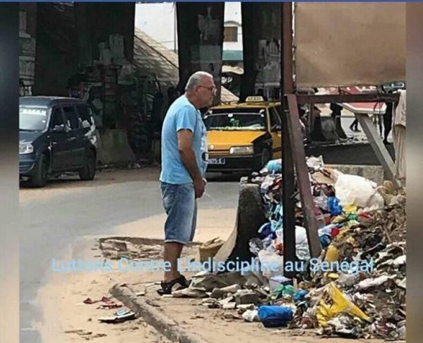 La Photo de ce blanc qui pisse dans les rues de Dakar, fait le buzz