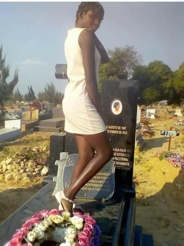 Une fille sur la tombe de sa mère