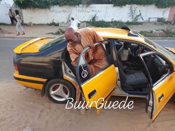 Le ministre Youssou Touré à  bord dans un Taxi