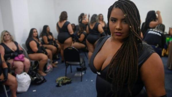 Brésil: des femmes rondes à l'honneur dans un salon érotique à Rio
