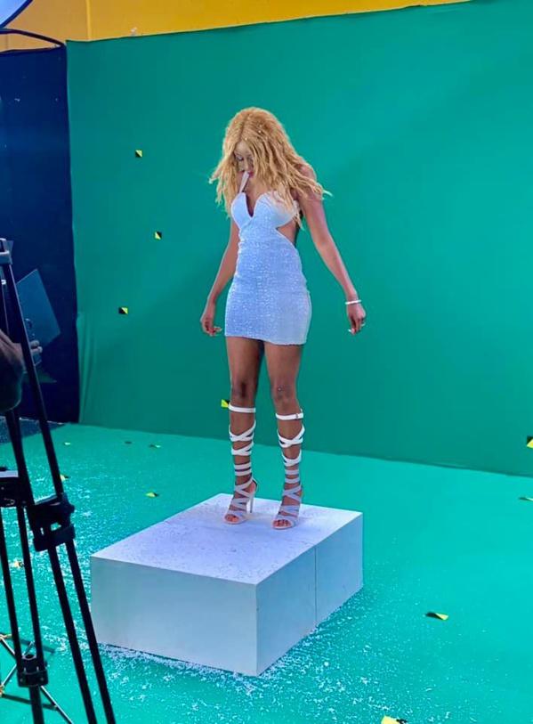 Queen Biz en plein tournage d'un clip
