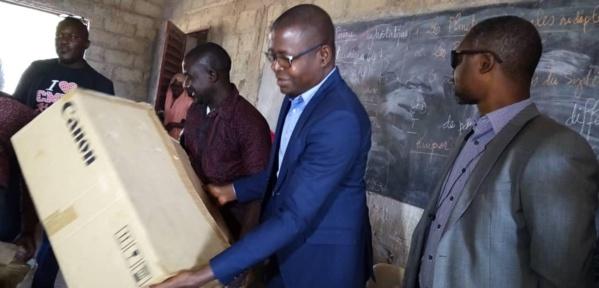 PHOTOS: Dr Ibrahima Mendy remet du matériel bureautique au nouveau lycée de Kénia