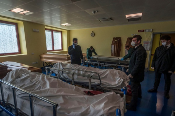 Coronavirus en Italie: Une salle remplie de cercueils