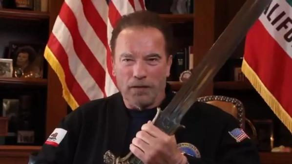 États-Unis: Schwarzenegger brandit l'épée de Conan contre Trump