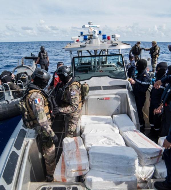 Piégés par La Marine, les trafiquants jettent la drogue en mer