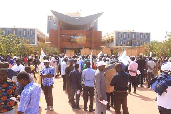 Dissolution des amicales : Les étudiants déchirent la résolution et menacent