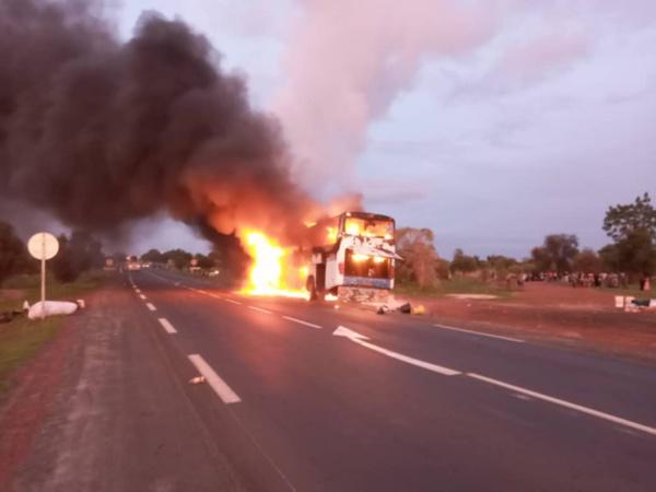 Kaolack : Un bus prend feu à l'entrée de Ngathie Naoudé