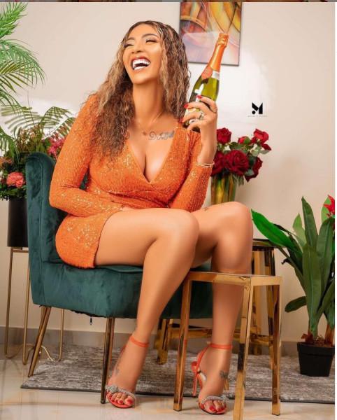 Adja Diallo et sa bouteille enflamment la toile (Photos)