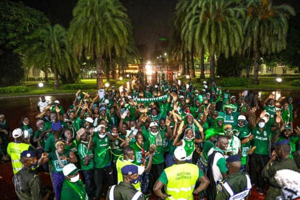 """Les supporters de """"Allez Casa"""" chauffent le Palais de la république"""