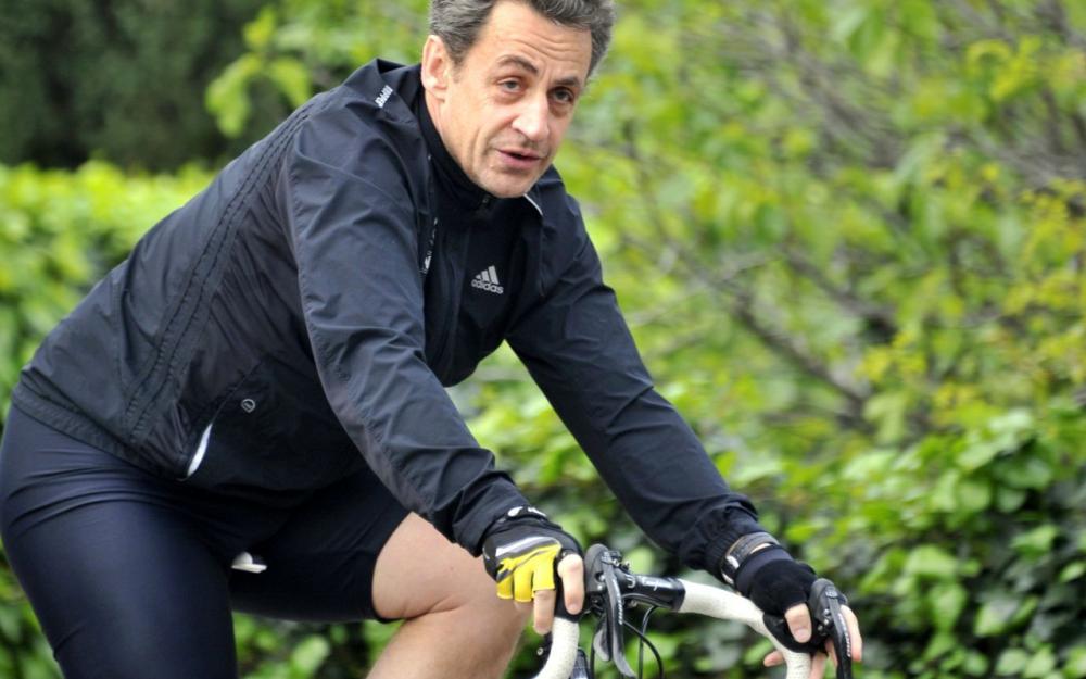 INDISCIPLINE: Nicolas Sarkozy, en sens interdit à vélo, stoppé par un policier