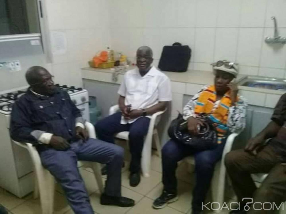 Incroyable: Le ministre de la défense ivoirien «retenu» dans une cuisine (Photo)