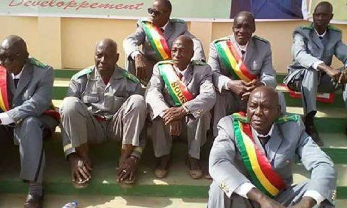 Image de la honte: Des sous préfets assis à même le sol pour attendre  Alpha Condé à kankan
