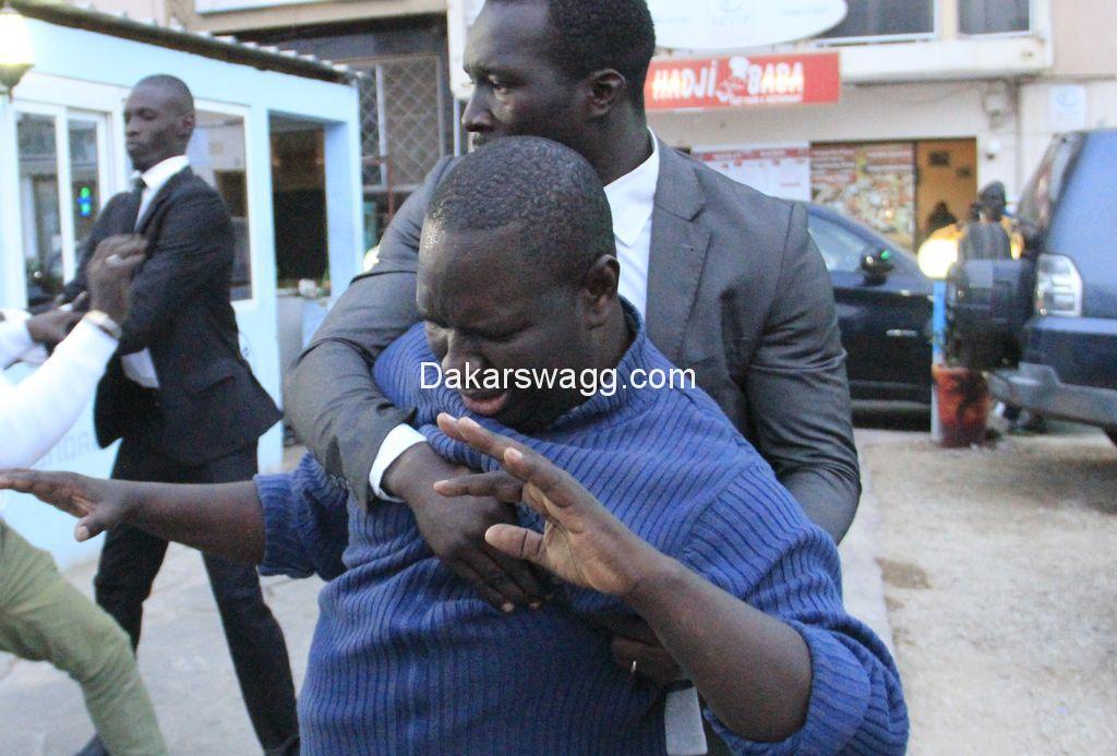Regardez,  le chanteur Salam Diallo bastonné  par Ousmane Diop dit Boston