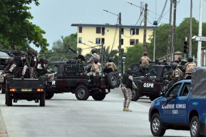 Risque d'affrontement en Cote Ivoire; Des forces loyalistes déployées autour du camp militaire des  mutins