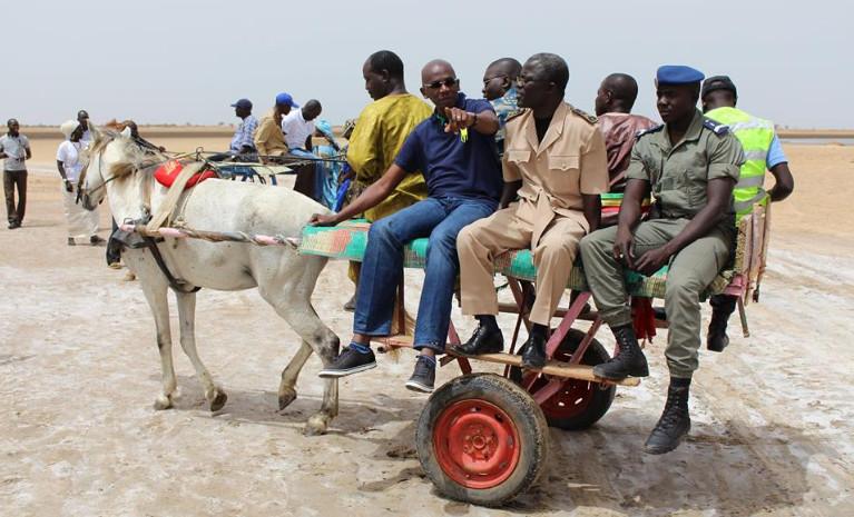 Arrêt sur image : Des autorités administratives Sénégalaises à bord d'une charrette