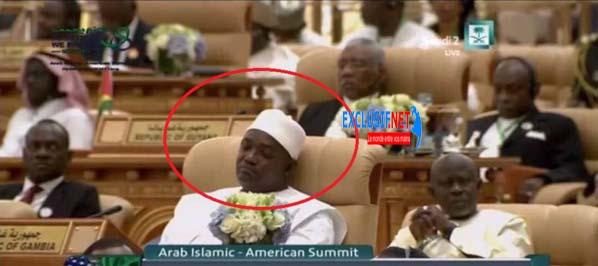 Le président Gambien, Adama Barrow se tape une sieste en plein Sommet des pays musulmans