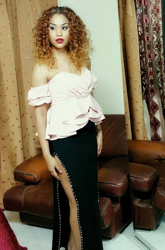 Leyna Guéye relax : La fente très osée