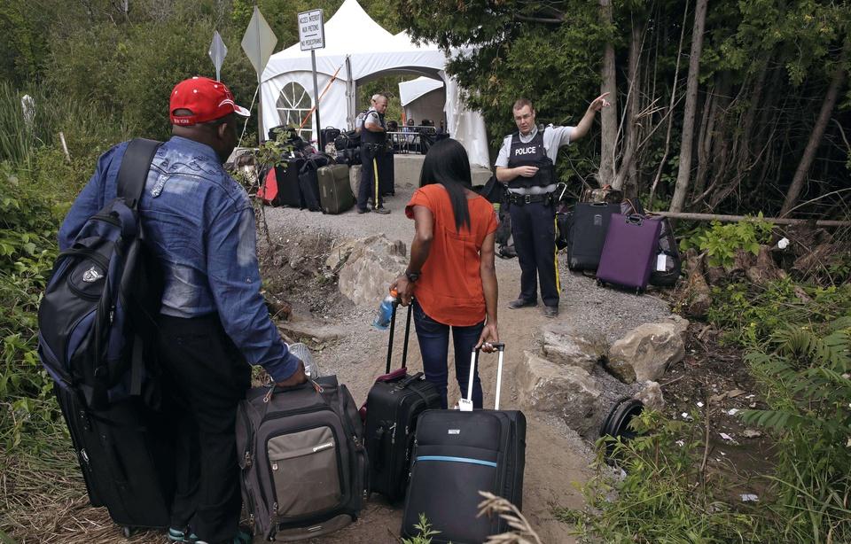 Au Canada, l'armée installe des tentes pour accueillir les réfugiés des Etats-Unis
