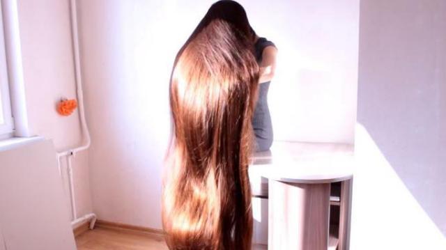 Les cheveux de cette jeune Lettone mesurent plus de 2 mètres de long