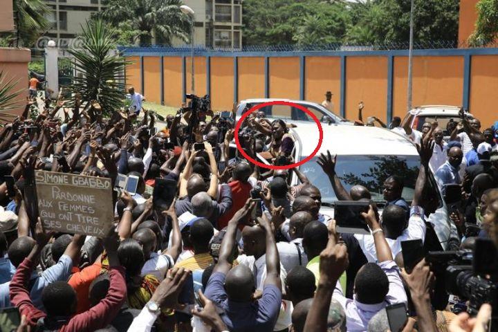 Simone Gbagbo regagne son domicile d'Abidjan, accueillie par des milliers de partisans