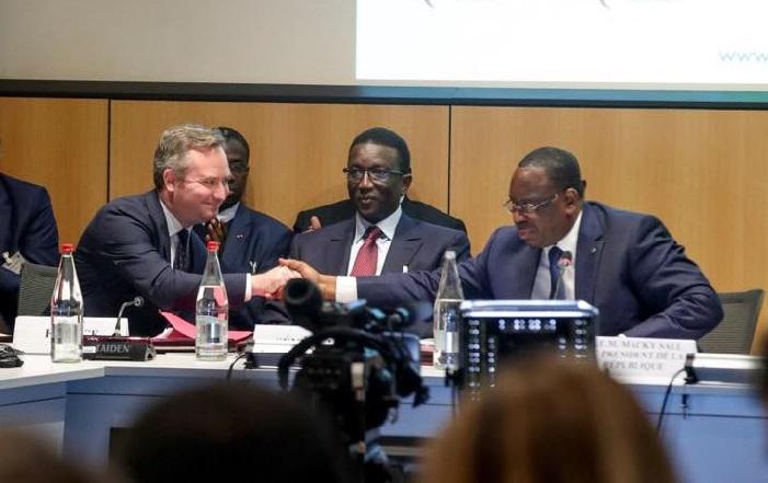 Paris : Macky obtient 7356 Milliards de promesses