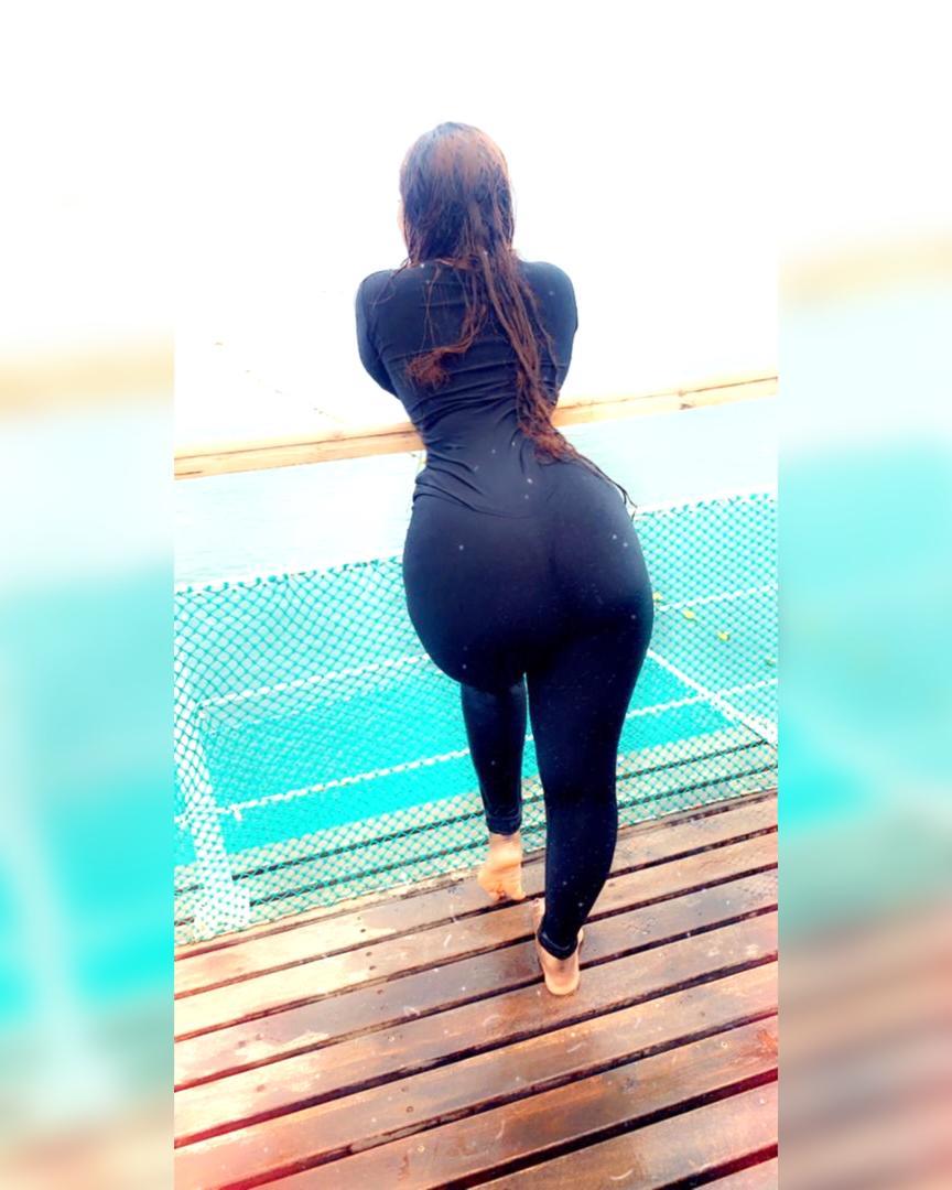 La belle Amina Saleh chauffe ses followers avec sa tenue moulante