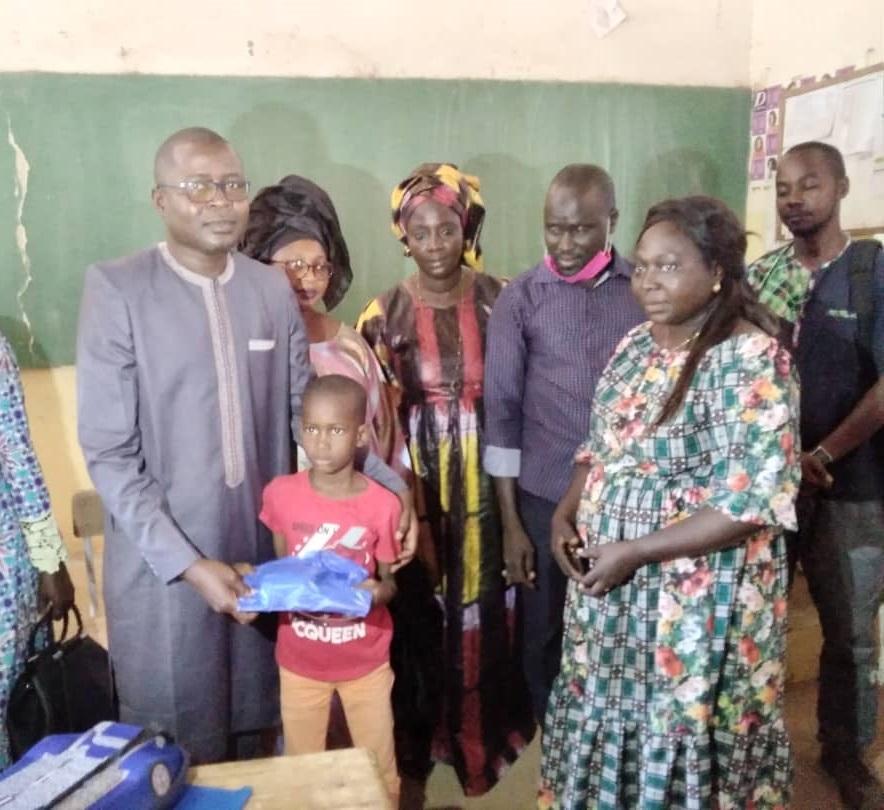 Ziguinchor: Dr Ibrahima Mendy responsable Apériste offre 150 Kits scolaires aux élèves