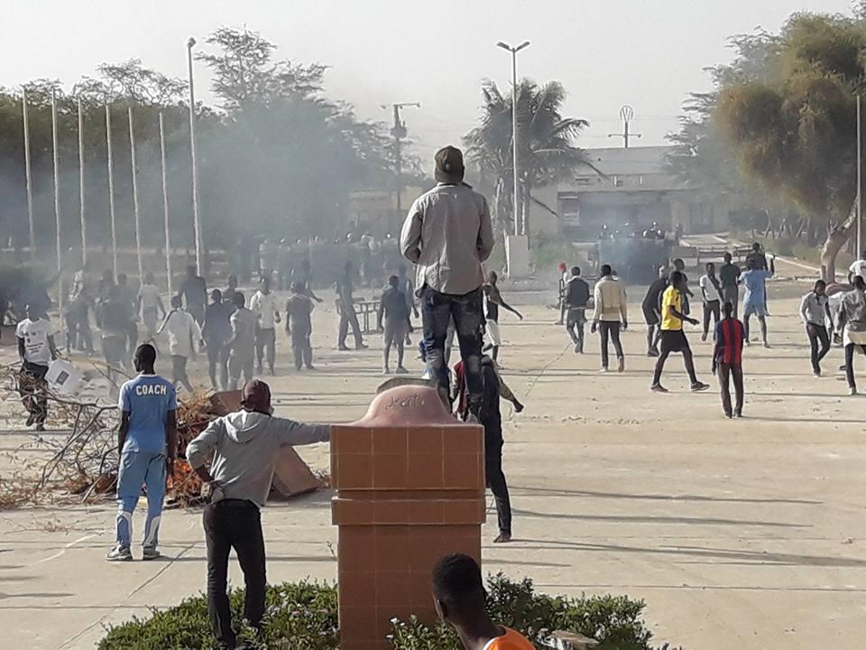 UGB : Les étudiants bloquent la route nationale