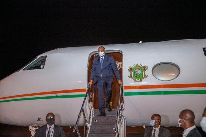 """Le Premier Ministre Ivoirien à sa descente d'avion : """"Je suis revenu en pleine forme..."""""""