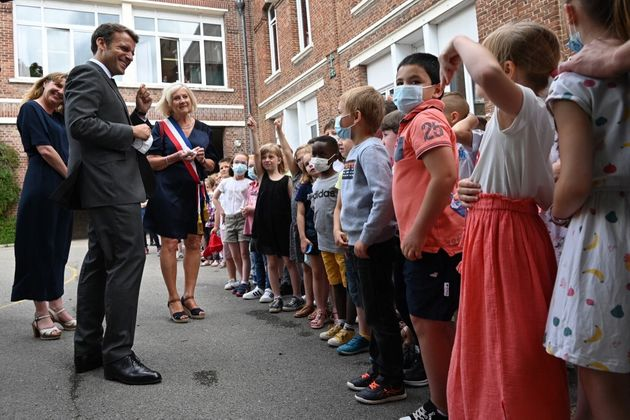 """Cet enfant pose à Macron la question que tout le monde a en tête : """"Ça va la claque que tu t'es prise ?"""""""