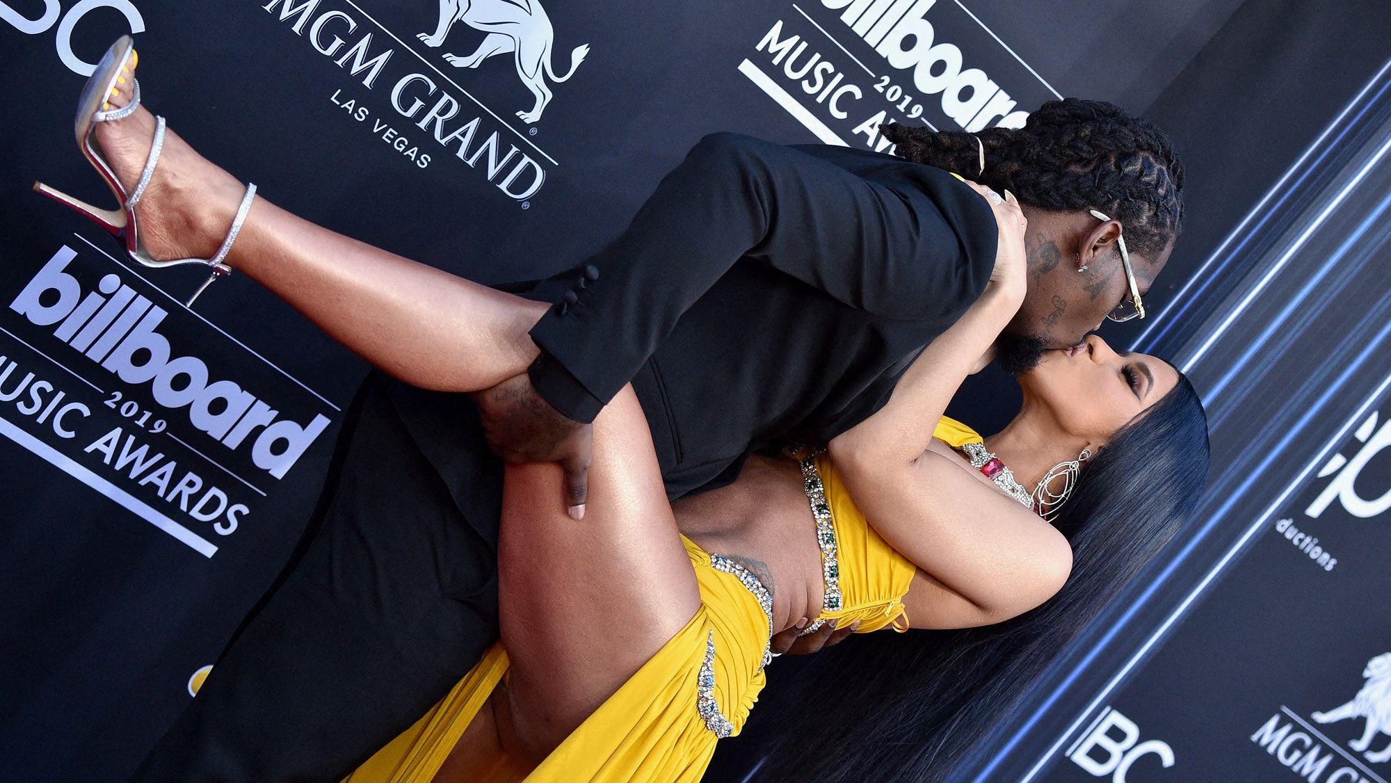 """C'est sur la scène des """"BET Awards"""" que Cardi B dévoile sa grossesse"""