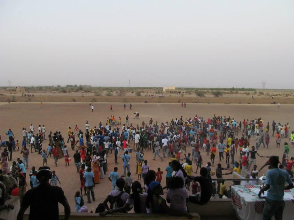 LYCÉE DE OUROSSOGUI ; Des élèves jettent leurs blouses et leurs cahiers dans l'eau