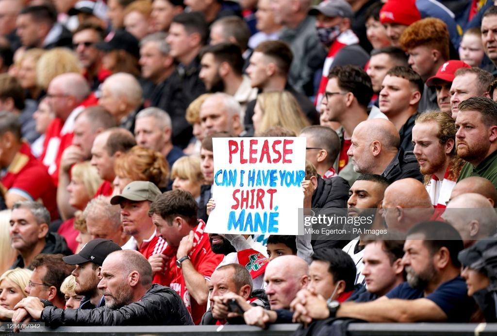 Un jeune fan brandit une pancarte pour demander le maillot de Sadio Mané