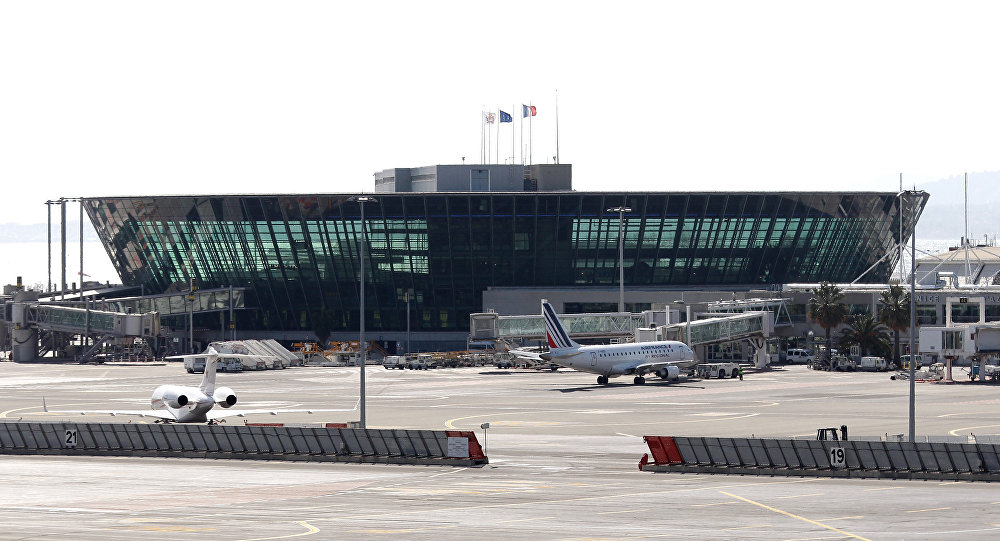 Alerte à la bombe à l'aéroport de Nice. Evacuation en cours