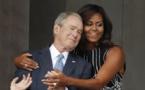 Un câlin improbable entre Michelle Obama et George W. Bush détourné par les internautes