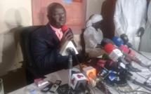 Regardez, Idrissa Seck interrompe sa conférence de presse pour aller prier