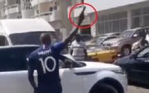 Arrogance: Un homme sort son pistolet et tire sur un véhicule ...