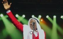 Alpha Blondy sur scène avec le turban de la Mecque