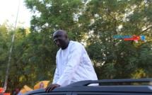Un marchant ambulant offre 5.000 FCFA à Idy pour son carburant...