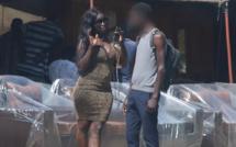 Vidéo: Une fille drague des hommes en pleine rue (Camera Cachée )